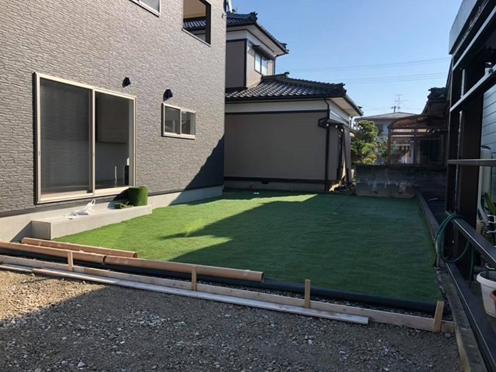 北区オープンハウスに人工芝敷きました♪