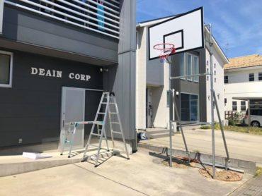 事務所前に自作でバスケットゴールを設置しました!